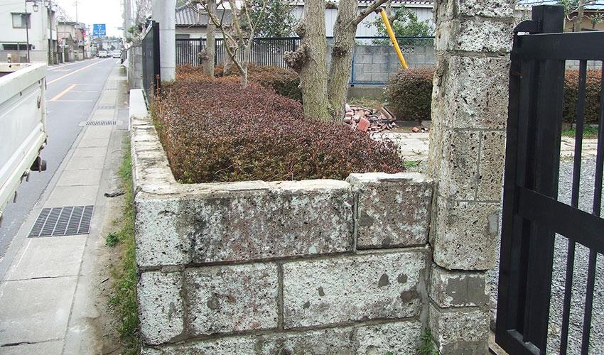 施工前 地震後、6段積んであった大谷石の上部3段が倒壊