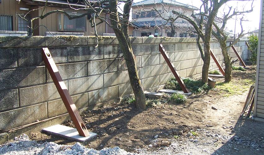 施工後 裏側に基礎を設け、控え柱を設置