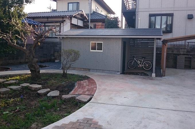 物置小屋と庭